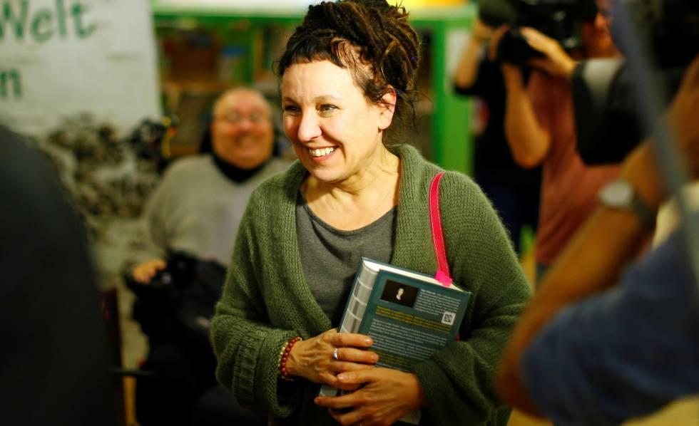 Olga Tokarczuk chega a evento após o anúncio de seu prêmio Nobel.