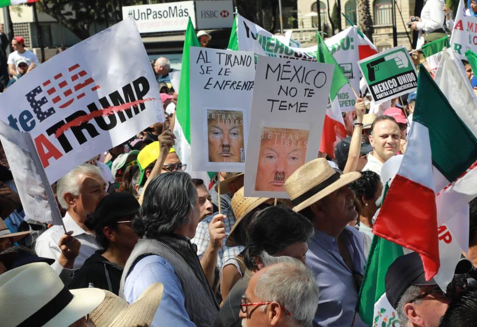 Cartazes contra Trump na marcha de Cidade de México.