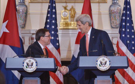 John Kerry (dir.) e o chanceler cubano Bruno Rodríguez.