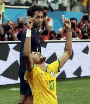 Nishimura vê Neymar comemorar um dos seus gols.