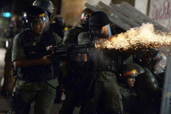 A Guarda Nacional atira bombas nos manifestantes em Caracas.