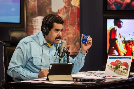 O presidente da Venezuela, Nicolás Maduro, em seu programa de rádio e televisão 'Em contato' com Maduro.