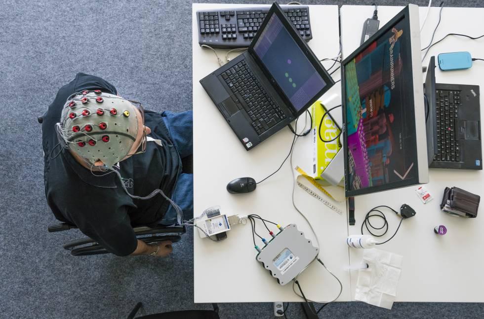 Experiência do Instituto Federal Suíço de Tecnologia de Lausanne para controlar um computador com pensamentos.