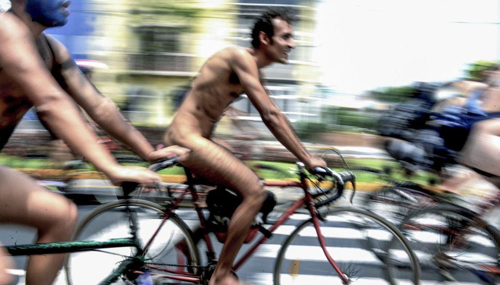 Marcha de ciclistas nus em Lima.