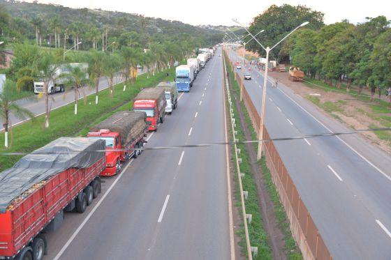 Caminhões parados na BR-381 em Igarapé (MG).