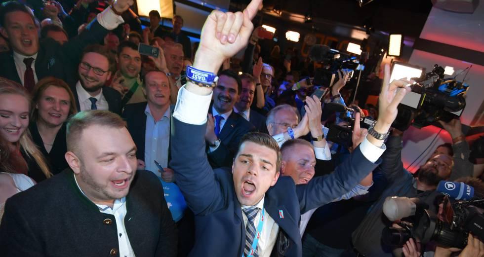 Simpatizantes da AfD comemoram os resultados das eleições no domingo, em Berlim