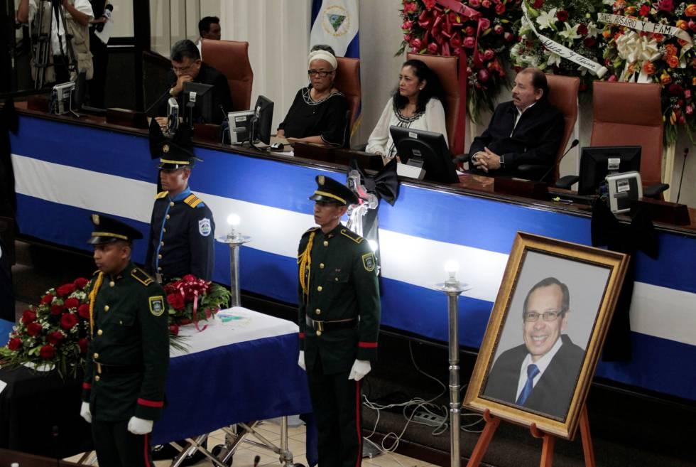 Daniel Ortega (sentado, à dir.) acompanha o velório de René Núñez, na Assembleia nicaraguense.