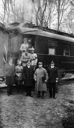 Assinatura do armistício (o original está na pasta nas mãos de Foch) em 11 de novembro de 1918 no vagão 2.419D.