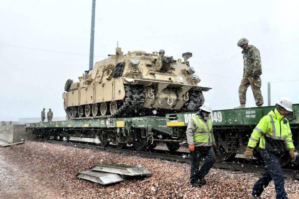 Vários soldados preparam um tanque para transportá-lo para a Europa, em Fort Carson (Colorado), em 2 de dezembro.