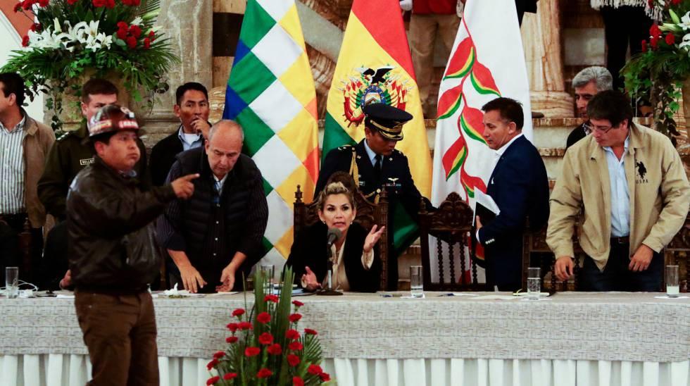 A presidenta interina Jeanine Áñez, durante uma reunião neste sábado em La Paz.