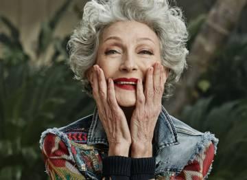 A modelo Alicia Borrás, de 70 anos, em uma campanha de roupa jeans da marca Desigual.