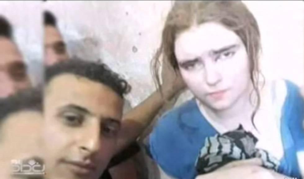 Linda Wenzel, rodeada de soldados iraquianos, após sua detenção.
