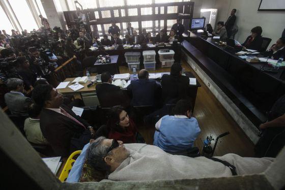 O ex-ditador guatemalteco comparece em uma maca.