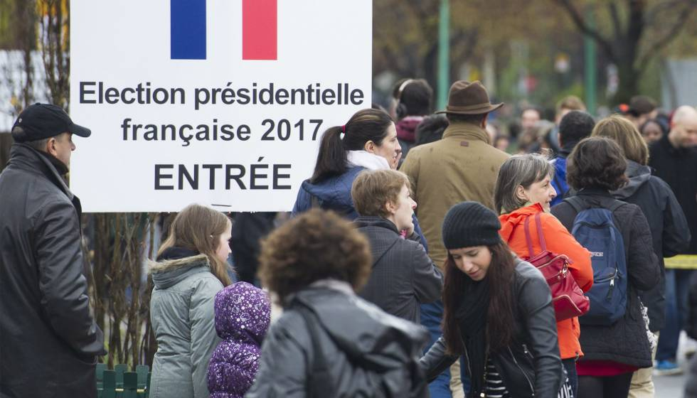 Franceses fazem fila para votar em Montreal, no Canadá.