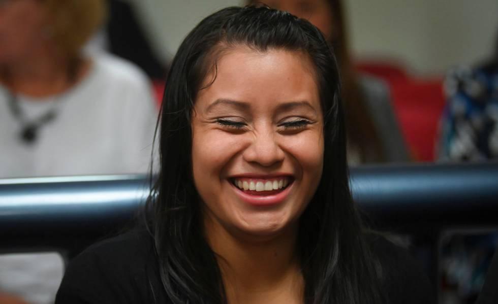 Evelyn Hernández reage depois de escutar a sentença de um juiz que a absolveu depois de ser julgada por homicídio agravado em El Salvador.