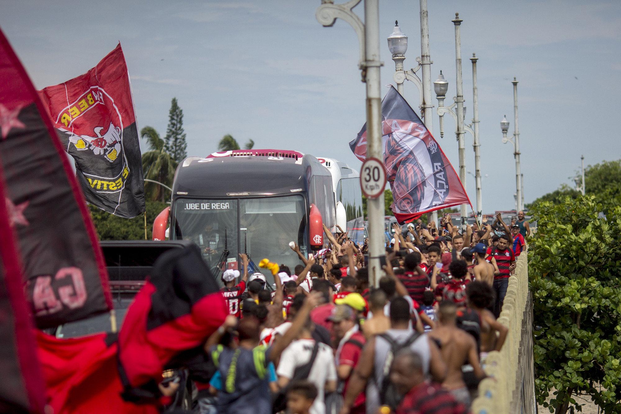 Torcida do Flamengo fez festa na saída da delegação do Rio de Janeiro para o Catar.