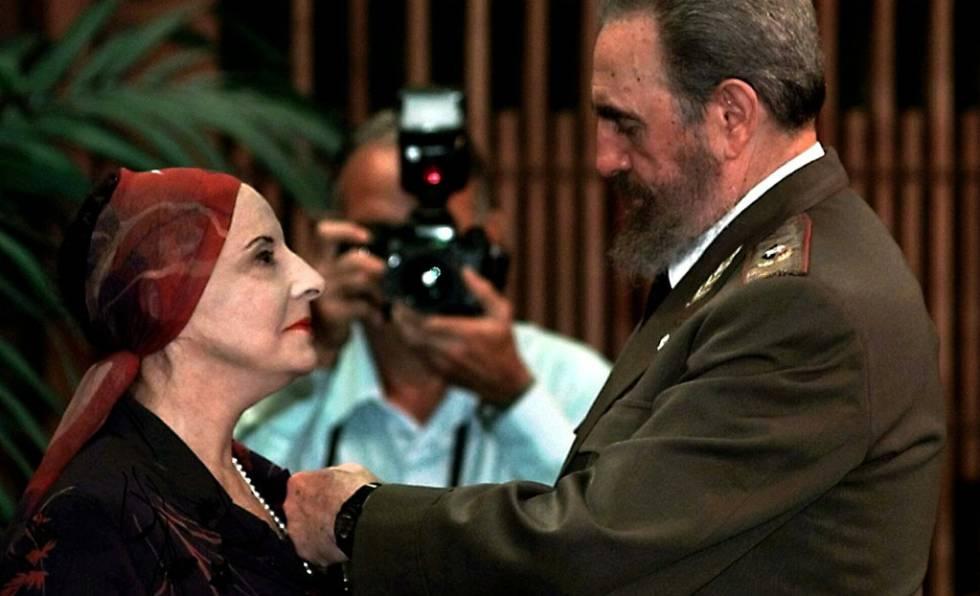 Fidel Castro condecora Alicia Alonso em 1998.