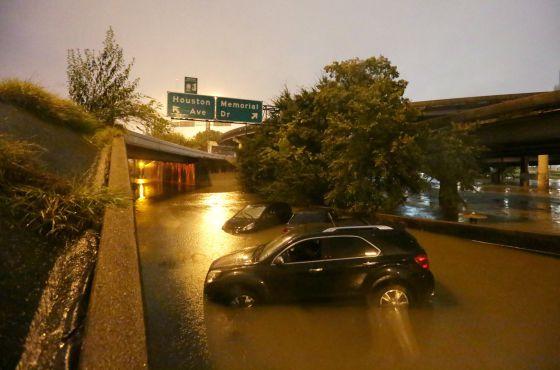 Carros submersos em Houston pelas chuvas do furacão Patrícia.