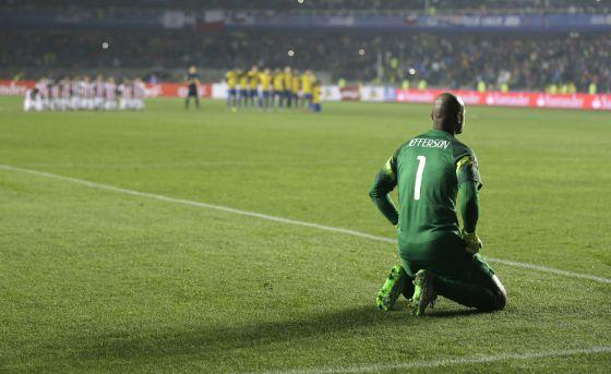 O goleiro brasileiro Jefferson, durante os pênaltis.