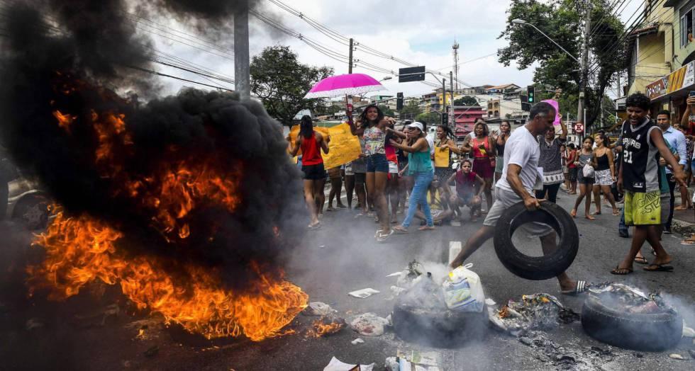 Manifestantes protestaram contra a paralisação da PM em Vitória em fevereiro.