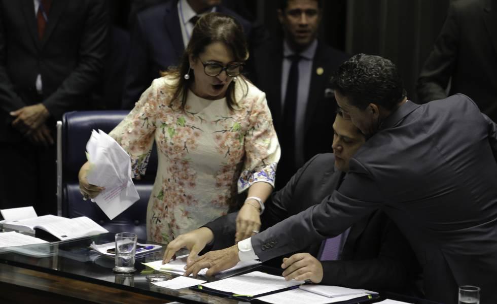 Senadora Kátia Abreu tira da Mesa a pasta com o roteiro de condução da sessão do senador Davi Alcolumbre.