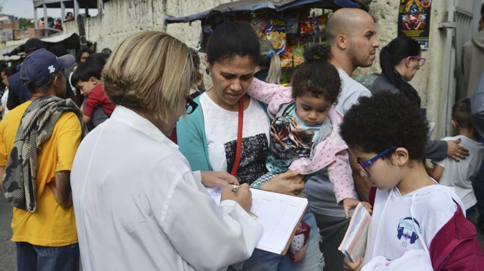 Fila para vacinação contra febre amarela na UBS/AMA Jardim Peri, zona norte.