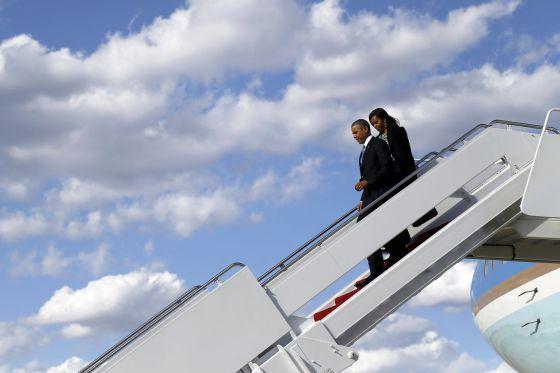 Barack e Michelle Obama descem do Air Force One em Boston.