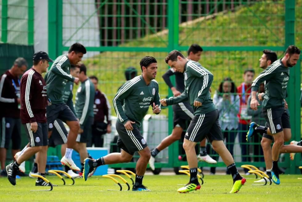 O jogador Carlos Vela, da seleção do México, no último treino antes do jogo de estreia na Copa contra a Alemanha.
