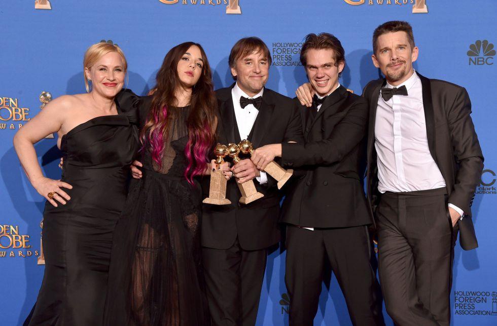 Patricia Arquette, Lorelei Linklater, o diretor Richard Linklater, Ellar Coltrane e Ethan Hawke comemoram o Globo de Ouro de melhor drama para 'Boyhood – da Infância à Juventude'.