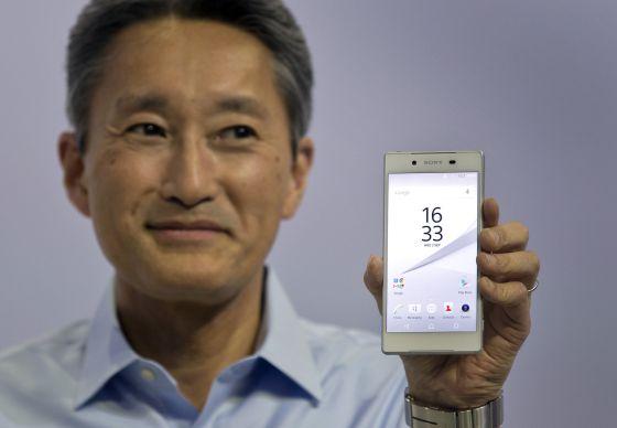 Kazuo Hirai, diretor executivo da Sony, com o Xperia Z5.