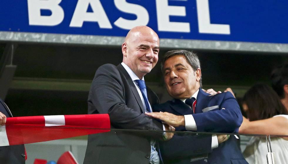 Presidente da FIFA, Gianni Infantino (esq.), e Fernando Gomes (dir.), da Federação Portuguesa.