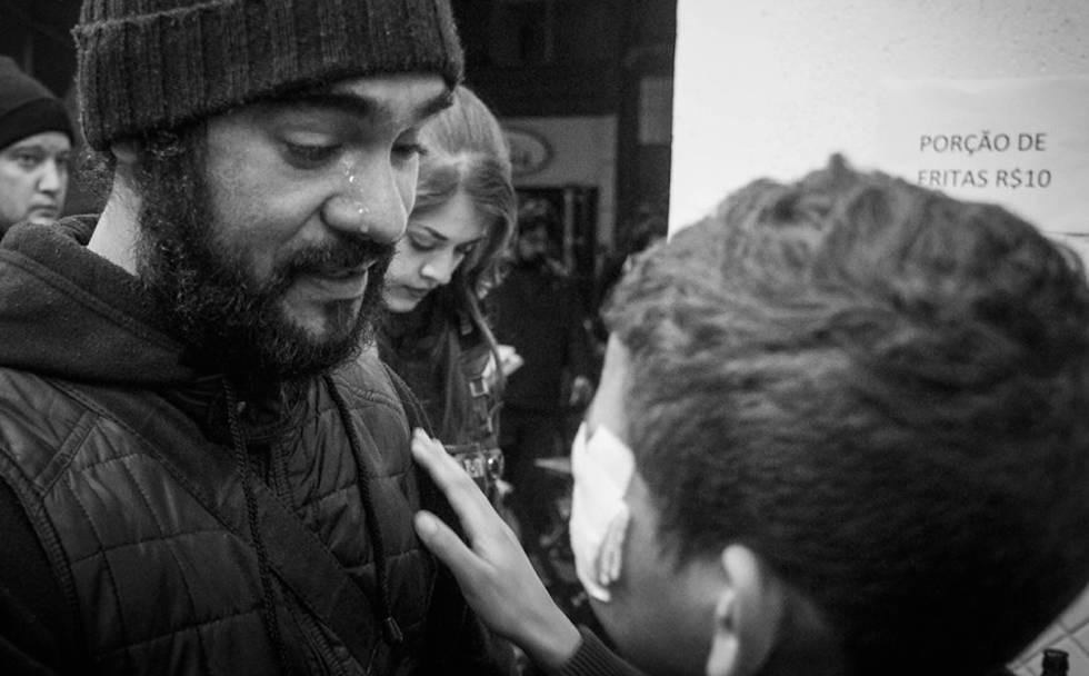 O fotógrafo Sérgio Silva encontra Douglas, que perdeu olho por ação da PM de São Paulo em abril deste ano.