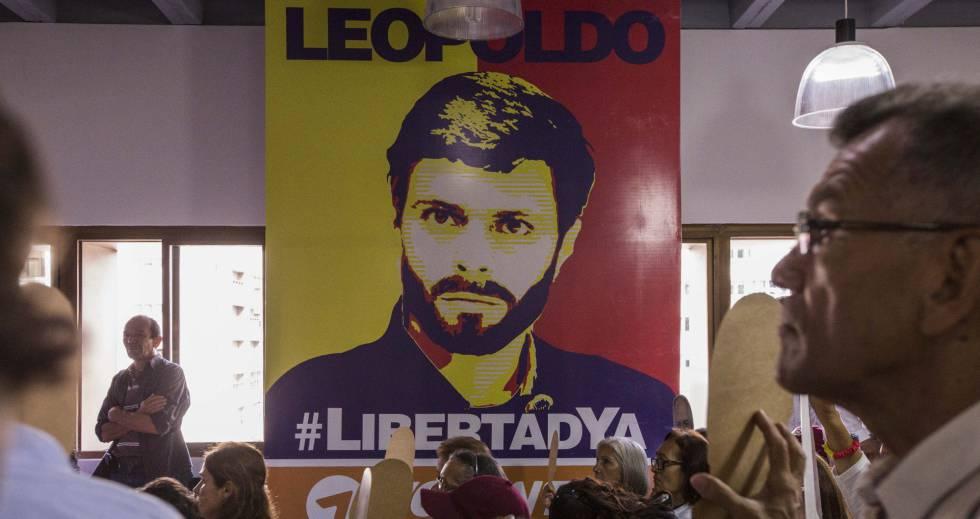 Grupo de pessoas pede a liberdade de Leopoldo López.