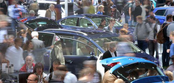 Visitantes do salão do automóvel de Frankfurt no estande da Volkswagen.