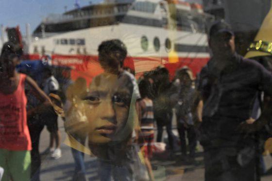 Garoto sírio chega ao porto Piero, na Grécia.