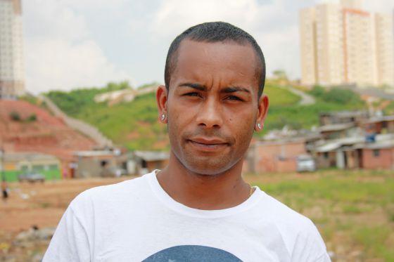 Robson na comunidade onde mora em Carapicuíba.