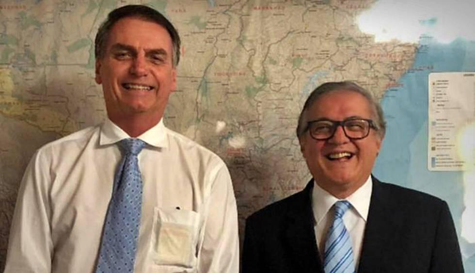 O presidente Jair Bolsonaro ao lado de Ricardo Vélez Rodríguez.