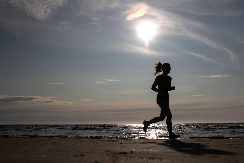Uma mulher faz 'jogging' em uma praia russa, em julho.