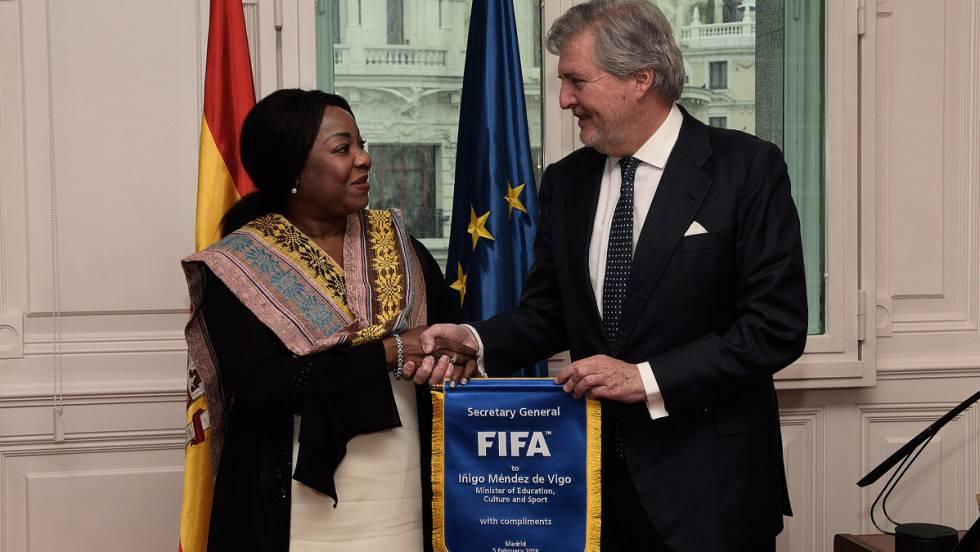 A secretária-geral da FIFA, Fatma Moura, com o ministro da Educação, Cultura e Esportes, Íñigo Méndez de Vigo.