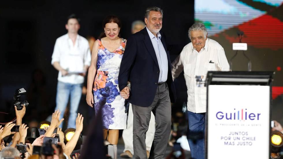 O candidato Alejandro Guillier (de paletó escuro) encerra sua campanha eleitoral em Santiago, ao lado do ex-presidente uruguaio Pepe Mujica