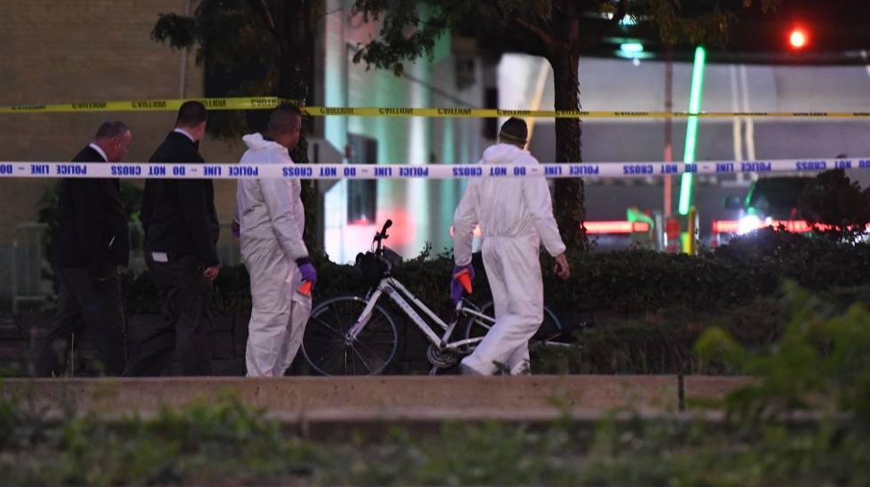 Forças de segurança examinam as bicicletas atropeladas pelo terrorista no atentado de Manhattan