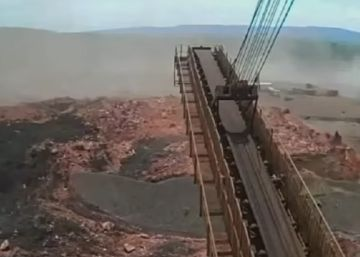 Imagens do circuito interno, obtidas pela Band e pela Globo, retratam o instante que a lama toma a área em que estavam os trabalhadores