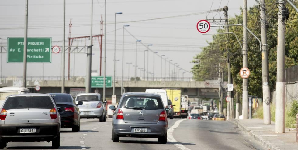 Carros circulam na pista local da Marginal Tietê, ainda com limite de 50 km/h.