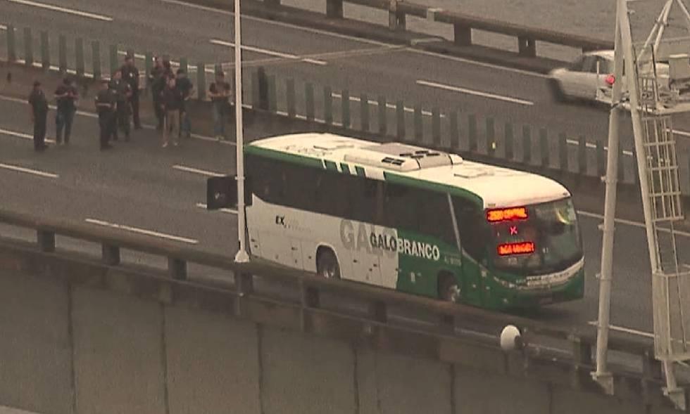 O ônibus da viação Galo Branco na ponte Rio-Niterói, cujos passageiros foram mantidos reféns na manhã desta terça-feira.