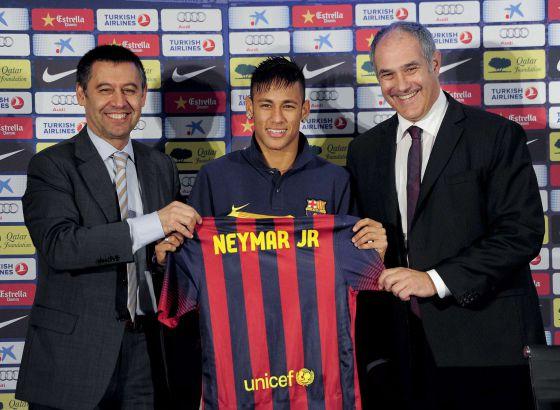 Neymar Jr. recebe camiseta de dirigentes do Barça em sua apresentação, em junho de 2013.