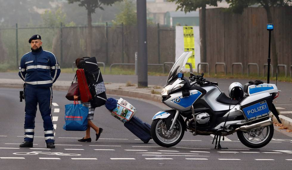Mulher deixa a área de evacuação em Frankfurt.