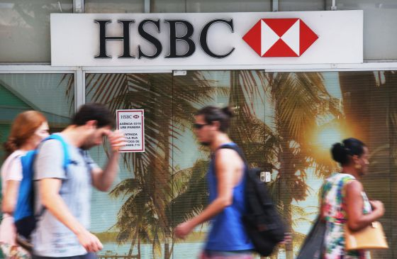 Pessoas diante de agência do HSBC no Rio de Janeiro.