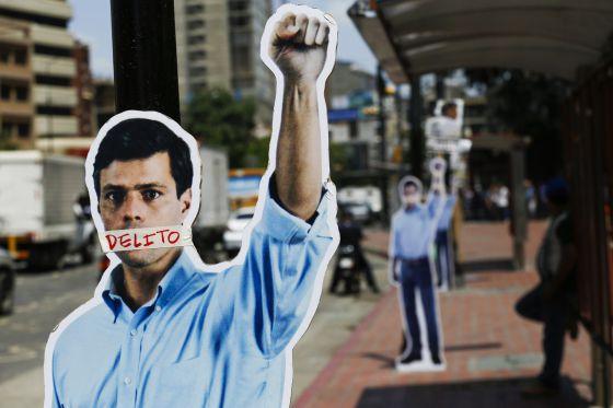 Figuras de papelão de apoio a López, em Caracas.