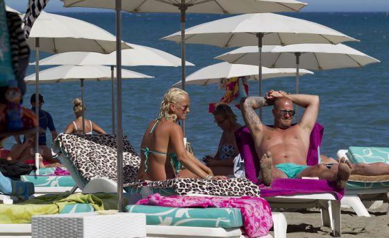 Turistas ingleses tomam sol, na quinta-feira, em uma praia de Torremolinos (Málaga).