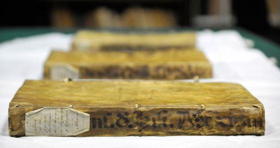 Os três volumes do Códice Chimalpáhin.